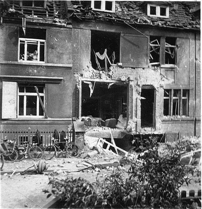 Haus nach einem Bombenangriff (3)