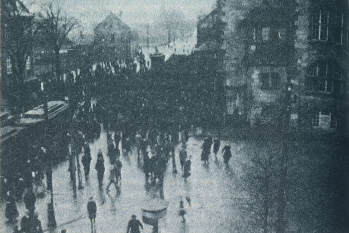 Demonstration vor dem Hamborner Rathaus 1918